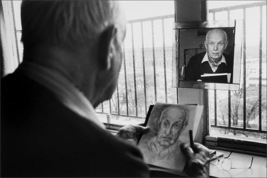 martine-franck-henri-cartier-bresson-drawing-a-self-portrait-1992